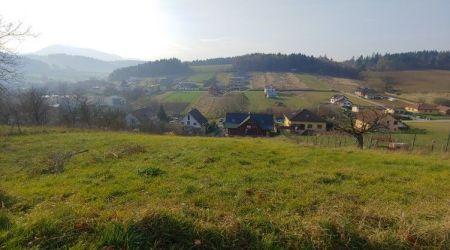 Exkluzívne iba u nás.  Ponúkame na predaj krásny svahovitý pozemok v obci Sverepec.