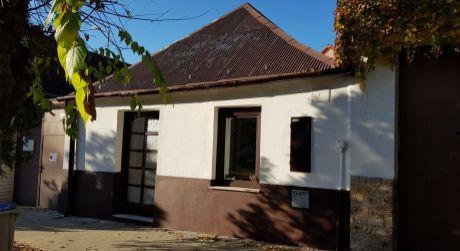 Kuchárek-reality: 2 izbový rodinný dom v centre Modry.