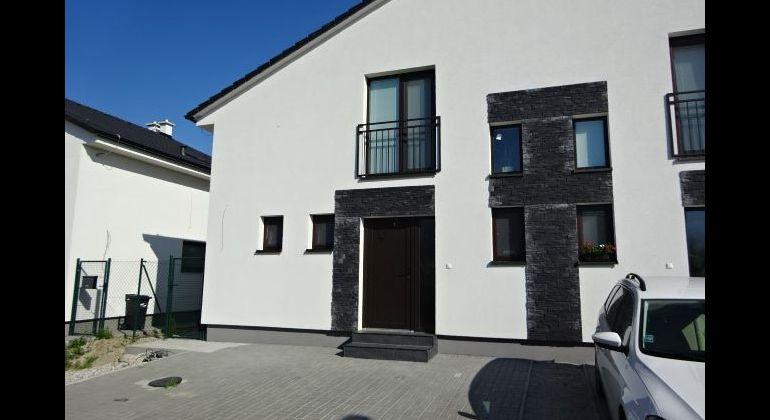 AK REALITY -Vám  ponúka na predaj MODERNÝ  RD-  4 izbový  v CENTRE !! obci Slovenský Grob-  s pozemkom 200m2..