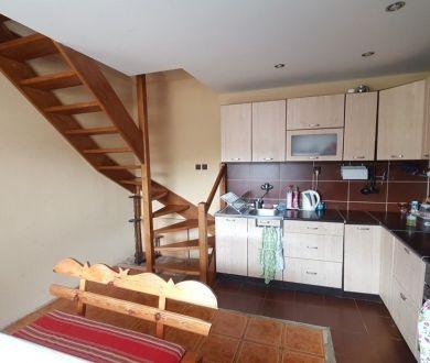 REZERVOVANÝ - Ponúkame na predaj pekný trojpodlažný rodinný dom v obci Hvozdnica.