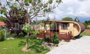 Na predaj len u nás !!! Štýlová rekreačná chata v centre obce Podhájska / 300 m  od welnessu/, len pre náročných klientov!!!