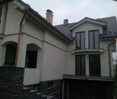Ponúkame na predaj rozostavanú rodinnú vilu s výmerou 300 m2 v Ladcoch.