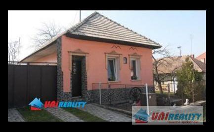LIVINSKÉ OPATOVCE-  zaujímavý 3 izbový dom  peknou predzáhradkou , pozemok 1169 m2