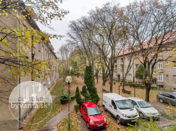 PREDANÉ - PÁRIČKOVA, 1-i byt, 42 m2 – možnosť prerobiť na DVOJIZBOVÝ, blízko AS Nivy, CENTRUM na skok
