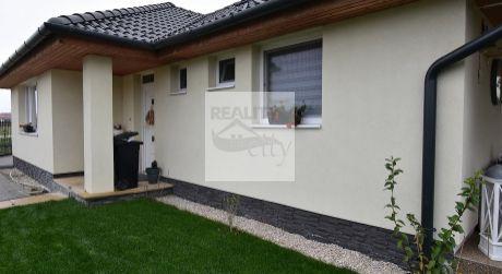 4 - izbový priestranný rodinný dom 100 m2, pozemok 600 m2 kom kompletne zariadený - Rajka