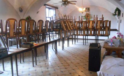 Historický dom s barom v centre obce Melčice-Lieskové a 322 m2 pozemkom
