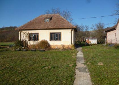 DOMUM - 2i RD Kálnica, vidiecke sídlo, pekný slnečný pozemok 3320 m2, potok