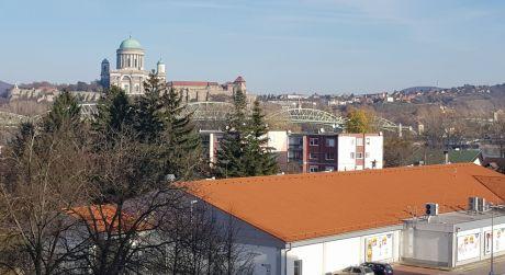 VÝMENA 1-izbový byt s krásnym výhľadom na Baziliku. Výmena možná  za 2-izbový byt v Štúrove.