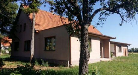 PREDAJ veľký rodinný dom s krásnym pozemkom o rozlohe 1ha v obci Bíňa.