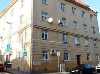 Priestranný 3,5 izbový byt so zvýšenými stropmi v Starom meste