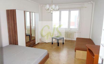 3,5 izbový dvojstranný byt s pekným výhľadom a dvoma loggiami vo výbornej lokalite.
