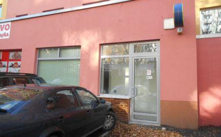 Na prenájom: Obchodný priestor (20 m2 + spol. priestory) na ul. M. Bela (Juh III) v Trenčíne