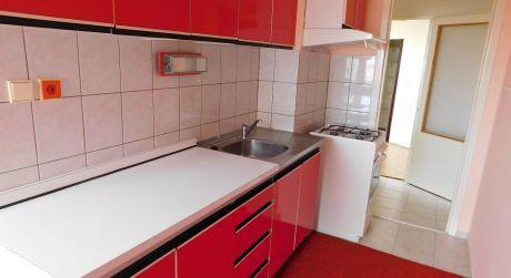 Predaj - čiastočne prerobený 2 izbový byt s balkónom na Eotvosovej ul. v Komárne