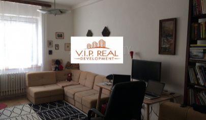 Ponúkame na predaj 2.izbový byt po kompletnej rekonštrukcií, nezariadený, bez balkónu a výťahu na Tabakovej ulici v Starom Meste.
