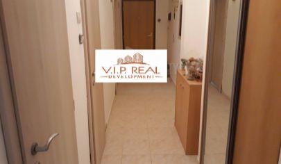 Ponúkame na predaj 2. izbový byt po čiastočnej rekonštrukcií , zariadený bez balkónu s výťahom, zateplený na Karola Adlera v Dúbravke.