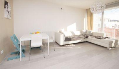 Ponúkame na predaj 3.izbový byt v novostavbe SIVANIUM, zariadený s loggiou a balkonóm a aj výťahom na Silvánovej ulici v Pezinku.