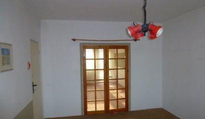 Ponúkame na predaj 4. izbový byt nezariadený, s loggiou, zateplený po čiastočnej rekonštrukcií na Ľuda Zúbka v Dúbravke.