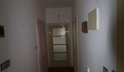 Ponúkame na predaj 3.izbový byt v pôvodnom stave, s balkónom, nezariadený na Tylovej ulici v Novom Meste.