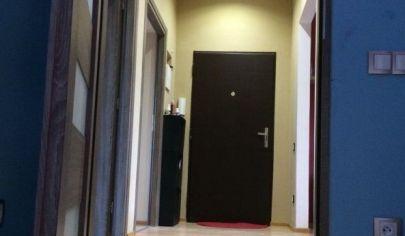 Ponúkame na prenájom 3.izbový byt po kompletnej rekonštrukcií s klímou, zariadený a s vyhradeným parkovaním,s balkónom na Pražskej ulici v Starom Meste.