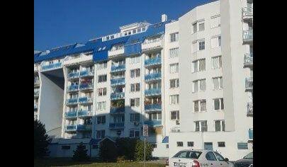Ponúkame na prenájom 3. izbový byt po kompletnej rekonštrukcií s garážou, 2 loggiami a veľkou terasou, zariadený na Bebravskej ulici vo Vrakuni.