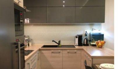 Ponúkame na predaj 2.izbový byt po kompletnej rekonštrukcií , zariadený s balkónom na Zemplínskej ulici v Senci.