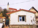 PREDANÉ  - Ponúkame na predaj štartovací 2 izbový domček s teraskou s nízkymi nákladmi v starej časti Bernolákova