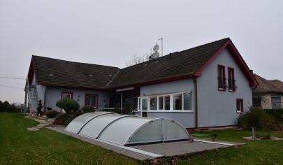 Rodinná vila so samostatnou bytovou jednotkou + veľká záhrada a garáž