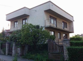 Dvojgenerany rodinny dom vo Velkých Kapusanoch v luxusnej strvti