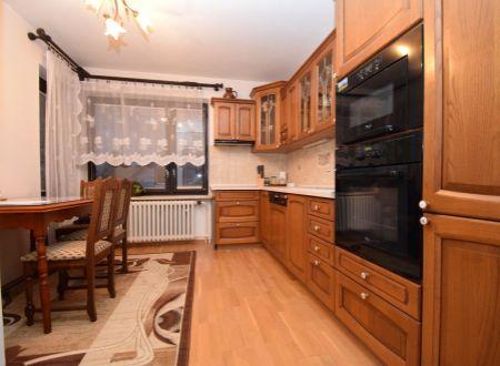 Rodinný dom, 2 bytové jednotky, 382 m2, pozemok 1002 m2 /garáž, bazén../ Moravany nad váhom