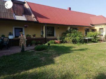 Z L A V A.- Velmi pekný bezbarierový rodinný dom v obci Čerhov s krásnou vinicou