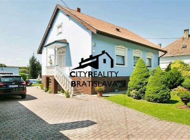 Rezervácia. Krásny, veľký rodinný dom s veľkým pozemkom a bazénom, Šuľany.
