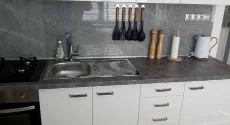 Predaj zariadeného kompl. zrekonštruovaného 2-izbového bytu v centre Detvy.