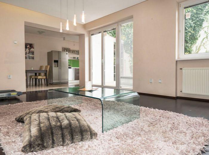 KUKLOVSKÁ, 4-i byt, 165 m2 – bývanie ako v RODINNOM DOME s vlastným ÁTRIOM a ZÁHRADKOU
