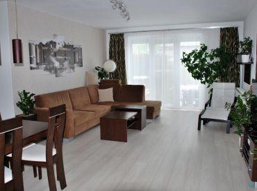 Zariadený 3-i byt, začiatok Rovinky (2x park. státie, klimatizácia, záhrada)