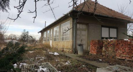 Starý rodinný dom na predaj s veľkým pozemkom Veľký Kýr.