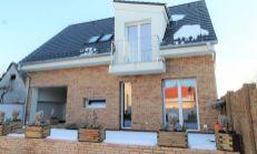 ASTER PREDAJ: priestranný 4-izb byt s veľkou terasou a balkónom v centre Slovenského Grobu