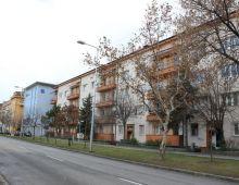 NA PREDAJ 3 izbový byt vo výbornej lokalite, balkón 3 m2, rozloha bytu 60 m2, RIAZANSKÁ ulica, neďaleko POLUS City Center. Dohoda možná.