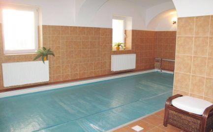 Predaj – Nadštandardný 6 izbový rodinný dom s bazénou s protiprúdom a saunou Sekule – Expisreal