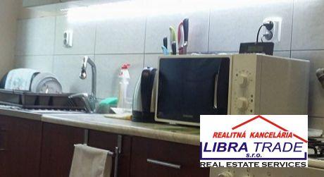 EXKLUZÍVNY PREDAJ! 2 izbový tehlový kompletne prerobený byt na vnútornej okružnej v Komárne