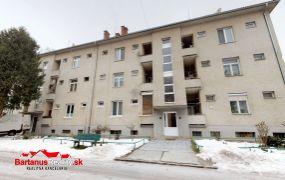 EXKLUZÍVNE IBA U NÁS Vám ponúkame na predaj 2-izbový byt v Trenčíne, ul. Pod Sokolice. Byt o rozlohe 90 m2 sa nachádza na 1.p. tehlového bytového domu.