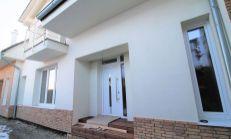 ASTER PREDAJ: priestranný 3-izb byt s vlastným vchodom v trojdome priamo v centre Slovenského Grobu