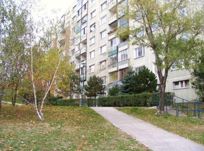 PREDANÉ - PRIBIŠOVA, priestranný 3-i byt, 74 m2 - s loggiou, výborná dispozícia, vo vyhľadávanom 8 - POSCH. DOME, s VÝHĽADOM NA ZELEŇ