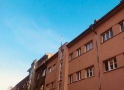 Ponúkame na predaj 3 izbový byt (89m2) s balkónom orientovaným na juh, na ul. J. Cikkera - Centrum BB