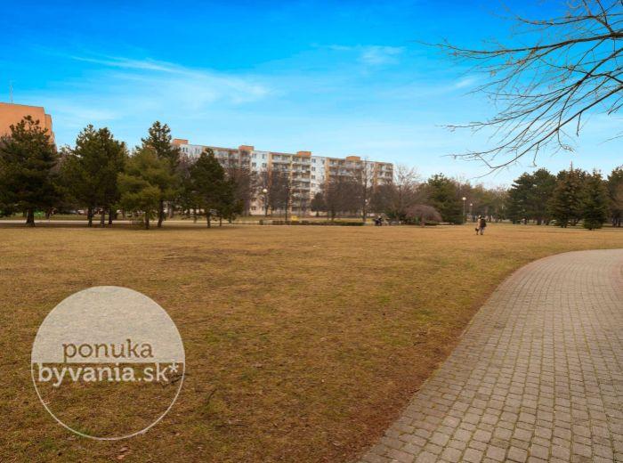 PREDANÉ - OSTREDKOVÁ, 2-i byt, 68 m2 - REKONŠTRUKCIA, priamo pri parku, LOGGIA