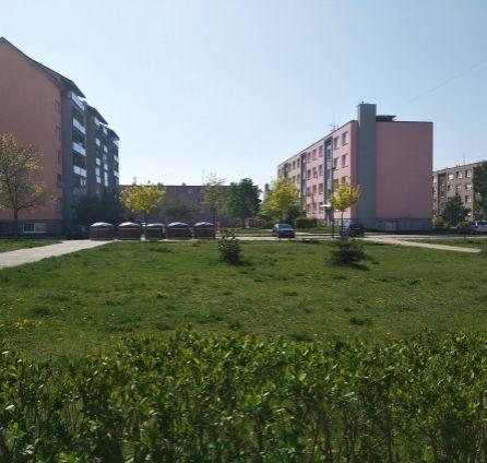 3i byt - orientácia na 2 strany + balkón - dostatok voľných parkovacích miest - Povážska - Senec