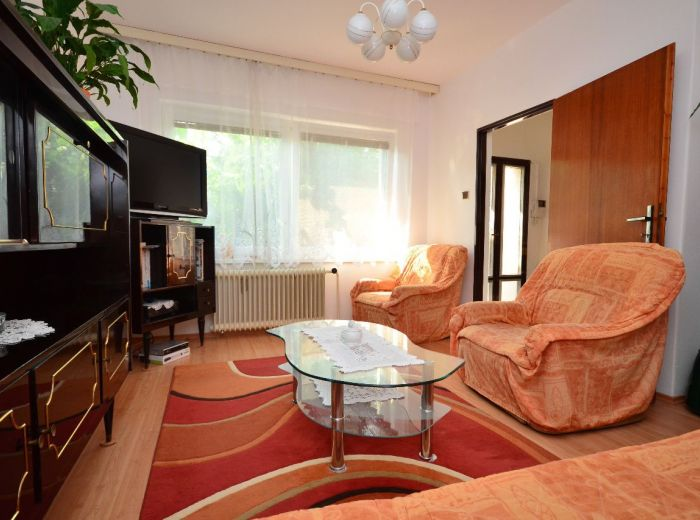 PEZINOK, 7-i dom, 322 m2 - rekonštrukcia, TEHLA, pozemok 1 142 m2, 3x kúpeľňa, možné až 3 BYTY, záhrada
