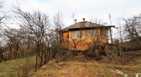 Na predaj rodinný dom, záhrada, 1.560 m2, Košeca