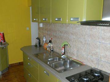 EXKLUZÍVNE predáme pekný 3-izb. byt v Seredi s 2 garážmi