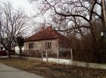 Okres Komárno - ZĽAVA!  NA PREDAJ 2 izbový dom + príslušenstvo v pôvodnom stave s veľkou záhradou v blízkosti VEĽKÉHO MEDERA  Lokalita: ČIČOV