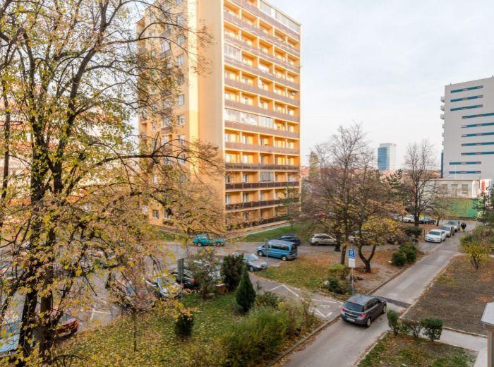 ČSL. PARAŠUTISTOV, 1-i byt, 18 m2 –ZREKONŠTUROVANÝ dom v 2018, PIVNICA, nový výťah